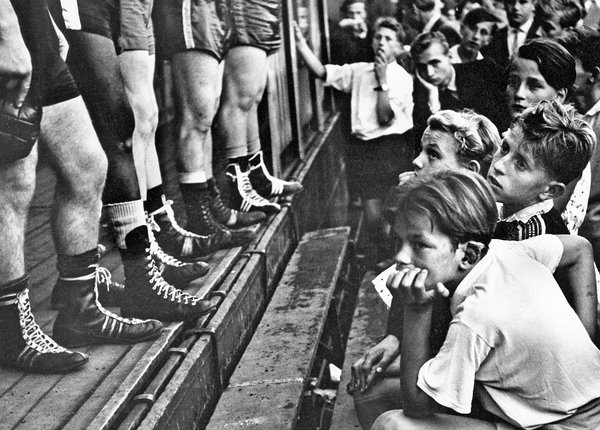 Junge Sportfans betrachten Boxerbeine in Düsseldorf 1956 © Walter Vogel