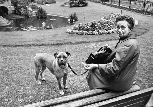 Lüttich, 1973 Frau mit Hund © Walter Vogel