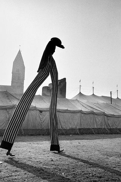 Stelzenläufer, Clown Enders vor der Kulisse, Spanischer National Circus, Koblenz, 1965 © Walter Vogel