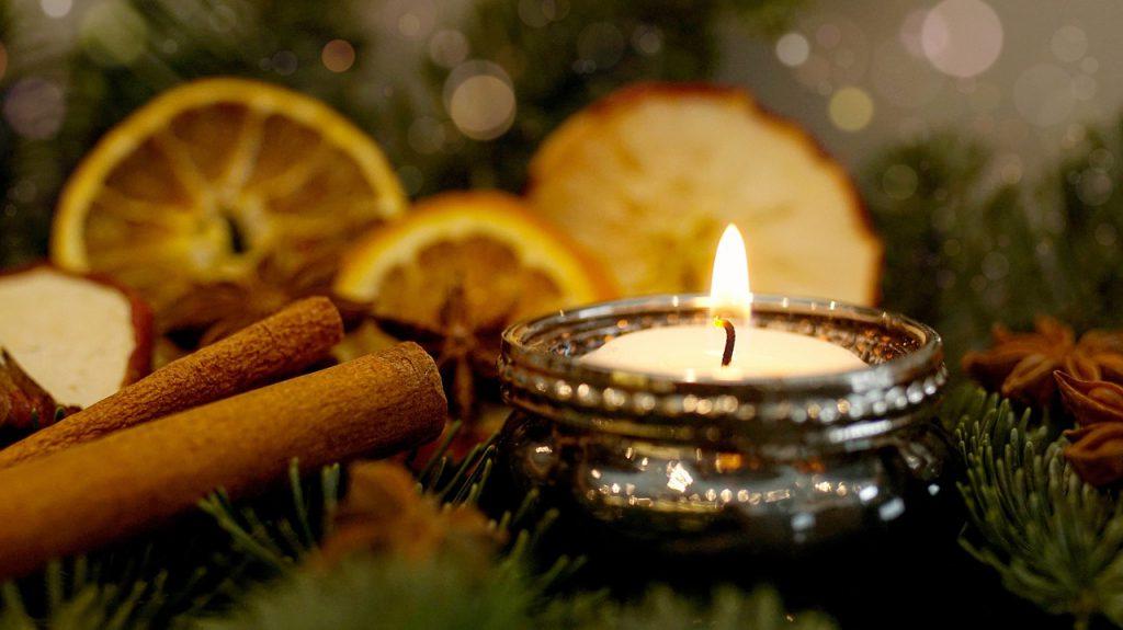 Symbolbild 1. Advent. Teelicht mit Zimtstanden, Orangenscheiben und Sternanis