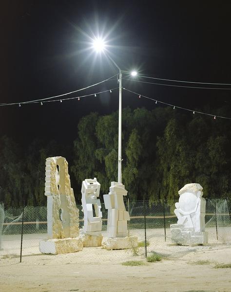 """""""Transformers"""" Statuen bei Nacht mit Beleuchtung durch Straßenlaternen"""