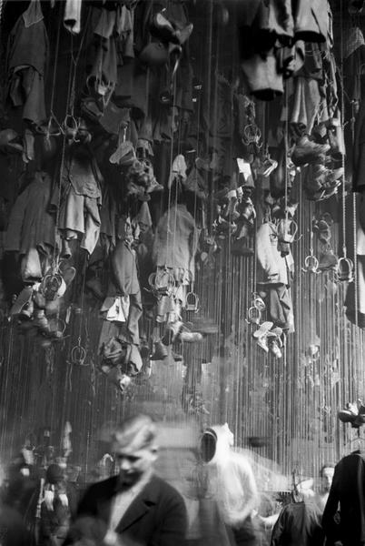 Waschkaue der Bergarbeiter, deren Kleidung an der Decke befestigt ist. Zur Ausstellung Blue Skies, Red Panic: Die 1950er Jahre in Europa